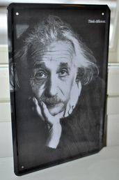 "Metallikyltti, Albert Einstein. ""Think Different."" 30 x 20cm."